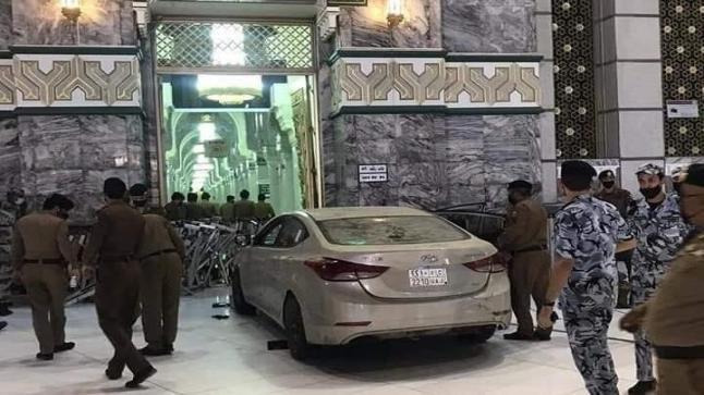فيديو.. سعودي سكران يسوق سيارته بسرعة جنونية ويصدم أحد أبواب المسجد الحرام