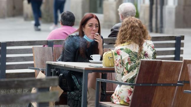 إسبانيا تحظر التدخين في الشوارع وعلى شرفات المقاهي وتغلق المراقص والحانات الليلية للحد من انتشار كورونا