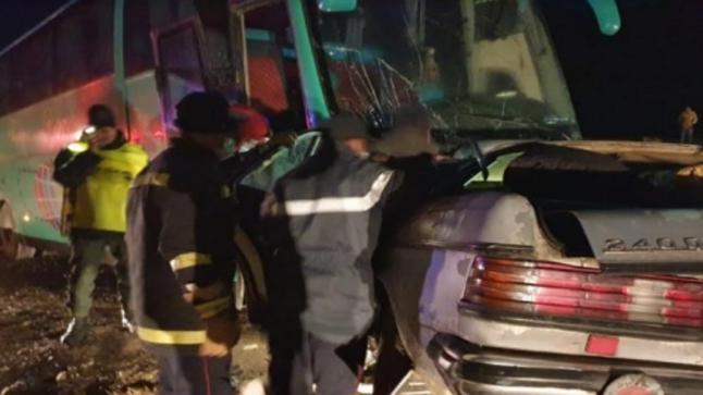 5 قتلى في اصطدام بين حافلة وسيارة أجرة