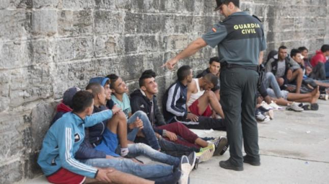"""سلطات مليلية تطرد مهاجرين مغاربة من """"ساحة الثيران"""" إلى الشارع وسط انتقاد حقوقي شديد"""
