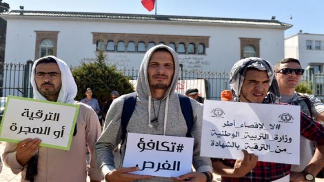 """الأساتذة حاملو الشهادات يحتجون بالشارات الحمراء خلال حراسة امتحانات """"البكالوريا"""""""