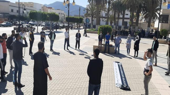 معطلوا ميضار يخوضون وقفة إنذارية أمام قيادة آيت توزين للمطالبة بحقهم في الشغل