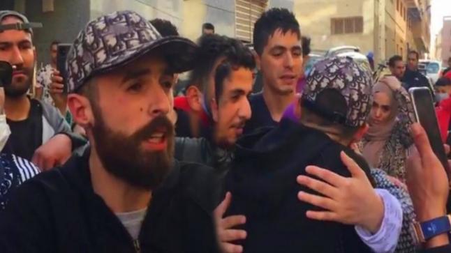 """وسط عرس احتفالي ضخم.. استقبال """"عبدوني"""" بالهتافات والعناق بعد اطلاق سراحه"""