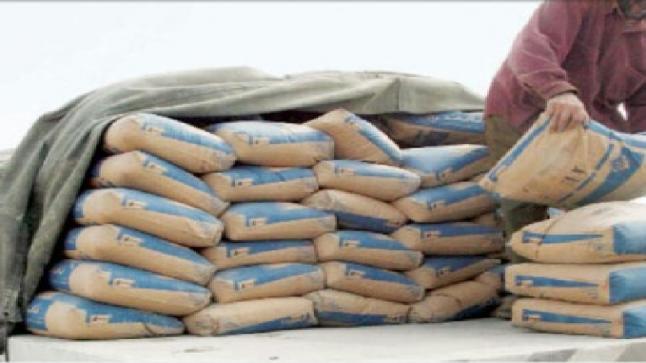 نشطاء يدعون الى تخفيف وزن أكياس الاسمنت رأفة بالعمال