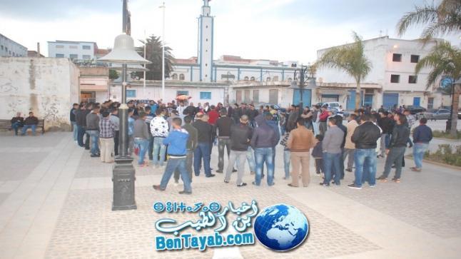 نشطاء الحراك الشعبي ببن الطيب يحملون الكفن خلال وقفة احتجاجية