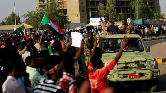 """جيش السودان يطلق النار على """"رافضين للانقلاب"""""""
